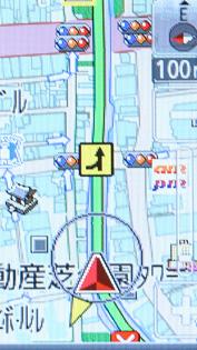 高速道路で事故多発地点となりがちな合流箇所では、地図上のアイコンと音声によってそれを案内する(画像は部分アップ)