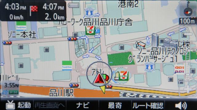 品川駅高輪口に目的地を設定すると、カールートでは遠く回り込んだルートを案内(写真左)。それを歩行ナビに切り換えると品川駅構内を通過するルートに切り換えた(写真右)