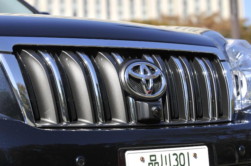 フロントグリルは、グレー塗装にクロームメッキが施される、(TZ-Gはシルバー塗装にクロームメッキとなる)