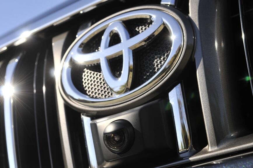 トヨタのエンブレム下に装備される、ワイドビューフロント&サイドモニターのカメラ(TZ、TZ-Gに、HDDカーナビとセットでメーカーオプション)