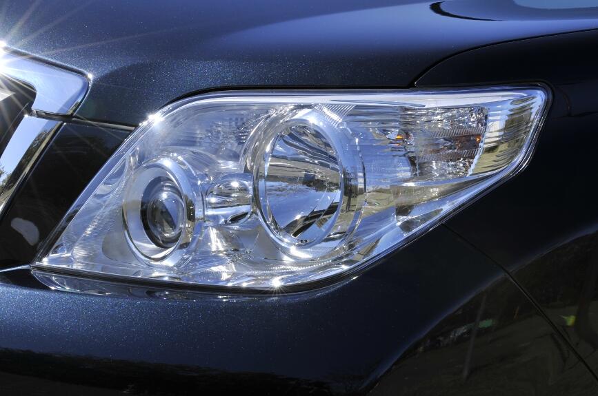 ヘッドライトは2灯式、プロジェクターがローポジションとなる、(マニュアルレベリング機能付)