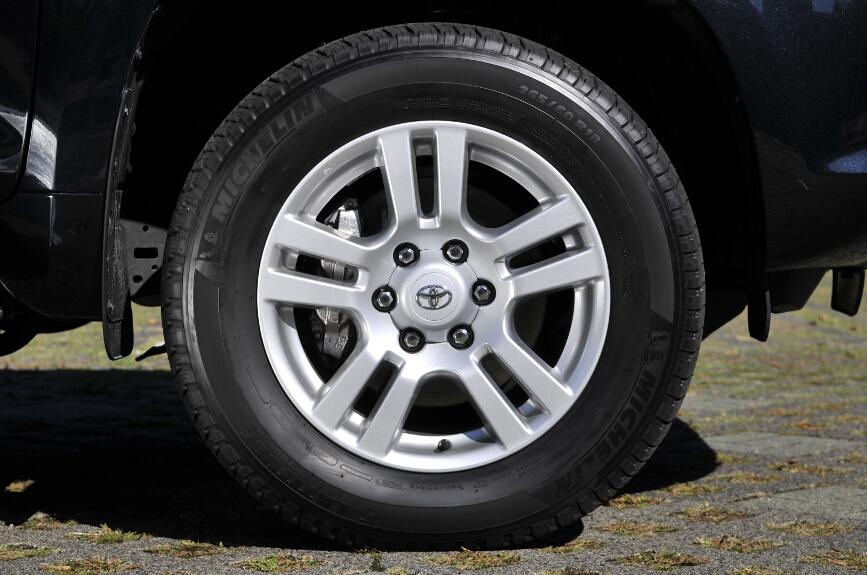 TZ、TZ-Gグレードは、265/60 R18タイヤ+18インチアルミホイール、それ以外のグレードは265/65 R17タイヤ+17インチアルミホイールを装備