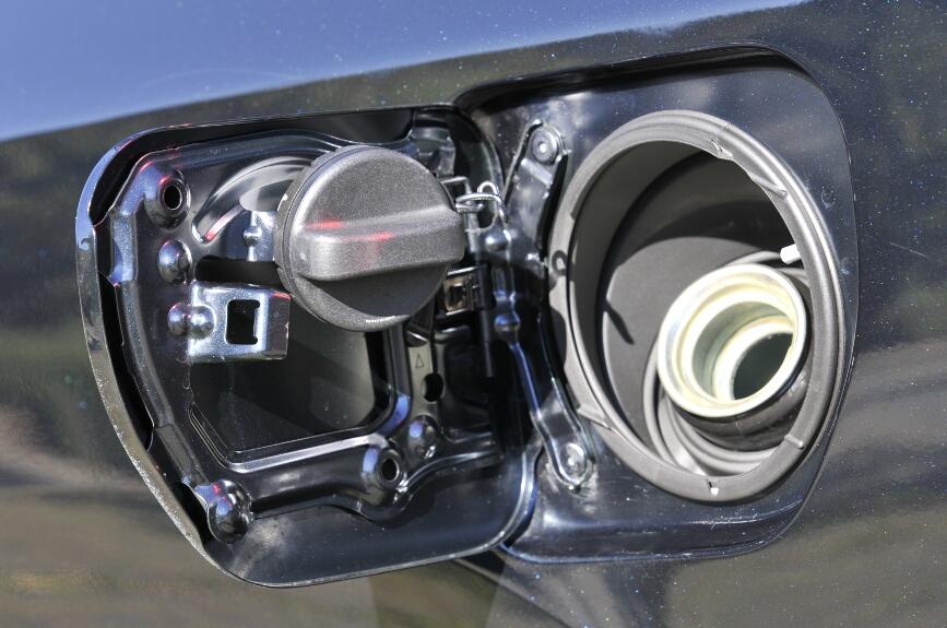 給油口の蓋には、外したキャップのためのホルダーが付いている