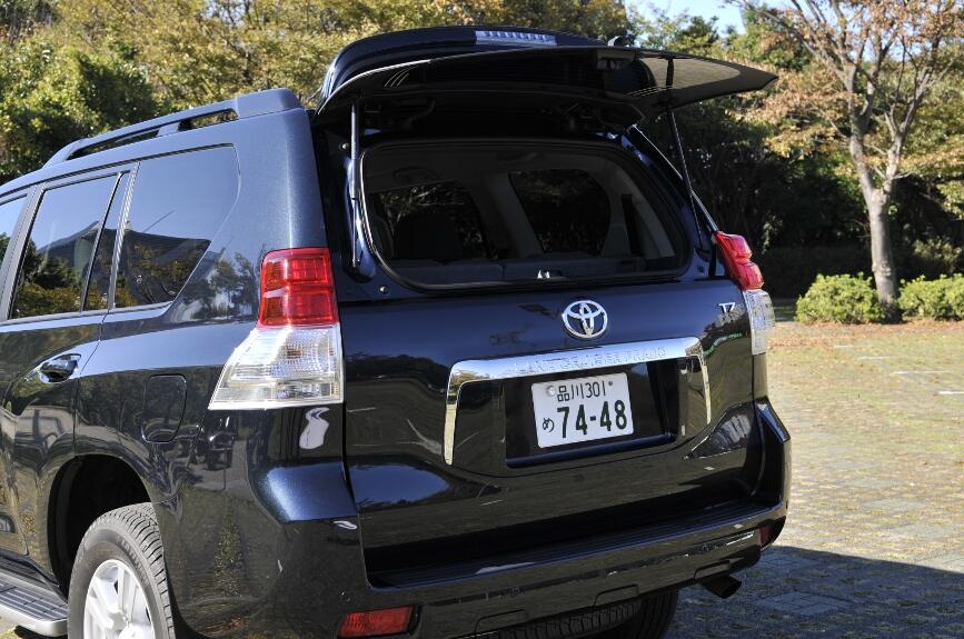 バックドアは、横開き方式、全車にガラスハッチが装備される。
