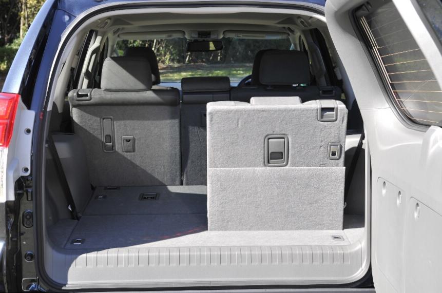 後部ドア側に設置されたノブを引っ張るとワンタッチでシートを収納することができる(TZ-G、TX Lパッケージは電動)