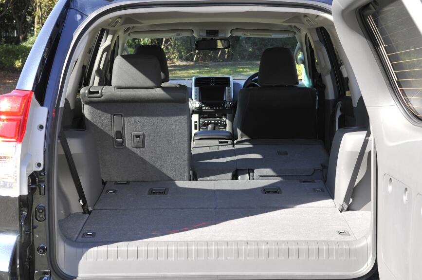 全席に、ヘッドレストと3点式シートベルトを標準装備している
