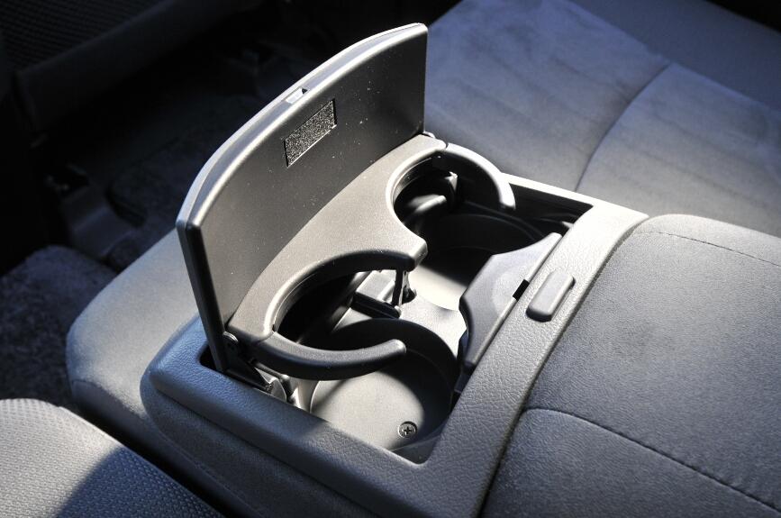 アームレストのカップホルダーは全車標準装備