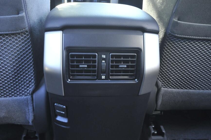 アクセサリーソケットのDC12V(フロント・リア)も全車標準装備