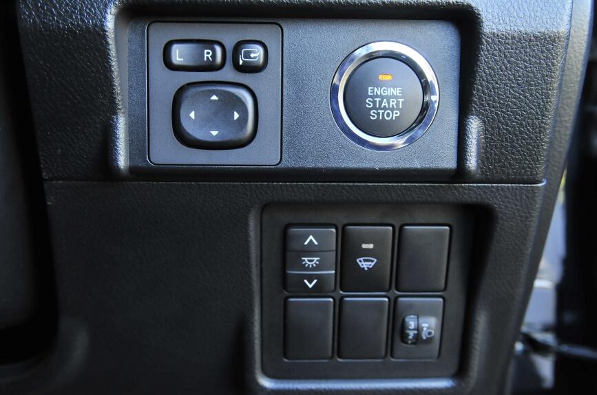 インストルメントパネルは水平基調のデザインに仕上げられ、スイッチ類は機能別に配置されている