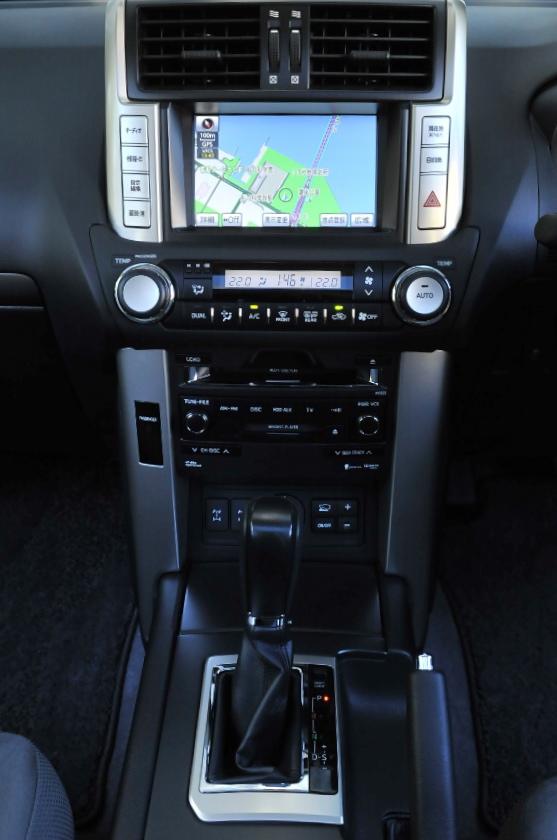 全車、オーディオレスが標準(撮影車はHDDナビゲーションシステム&プラド・スーパーライブサウンドシステム装着車)