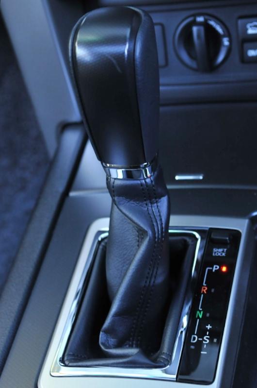 V6エンジン車に組み合わされる5速ATにはマニュアルモードが用意される