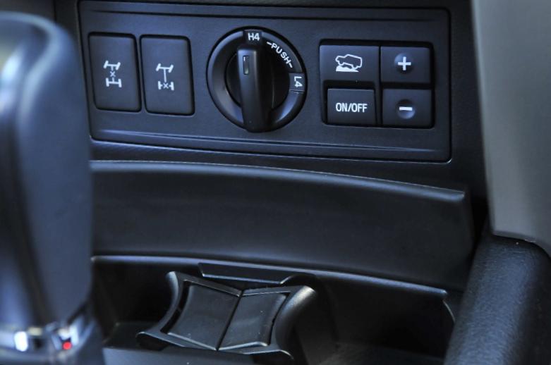 シフトレバーの前方には、左から、センターデフロックスイッチ、リアデフロックスイッチ、ダイヤル式トランスファー切り替えスイッチ、クロールコントロールスイッチと、駆動系に関するスイッチが並ぶ