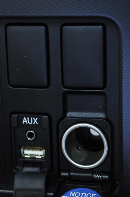 シガーソケットは標準装備、USB端子は、HDDナビゲーションシステム&プラド・スーパーライブサウンドシステム装着で装備される