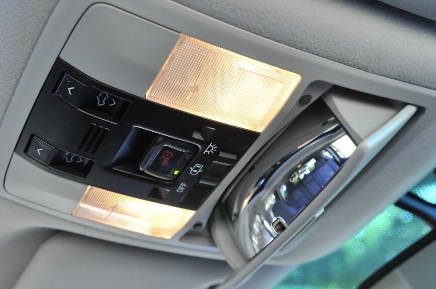 運転席上方には、後席の様子を確認できるミラーが装備される。