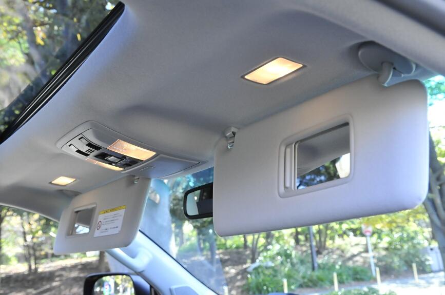 サンバイザーは、照明付バニティミラー(運転席・助手席)を装備。運転席には、チケットホルダーが付く。