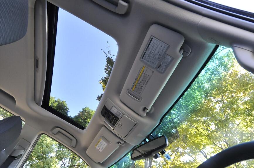 電動ムーンルーフは、チルトとスライド機能を持つ。メーカーオプションで全車に装備可能、価格は10万5000円。
