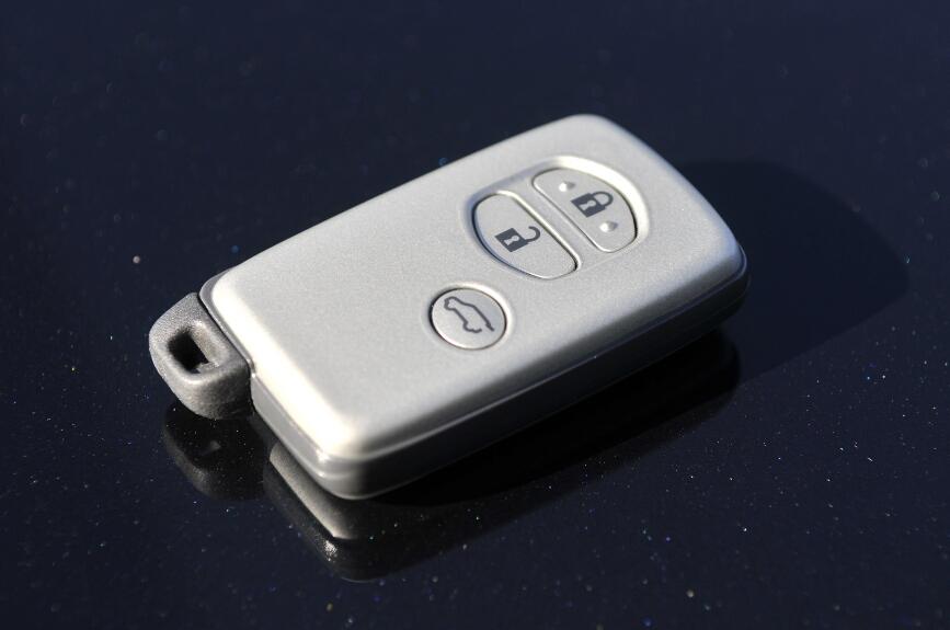 キーを取り出すことなく、フロント・バックドアの施錠・解錠が可能、ワンプッシュでエンジンがスタートする