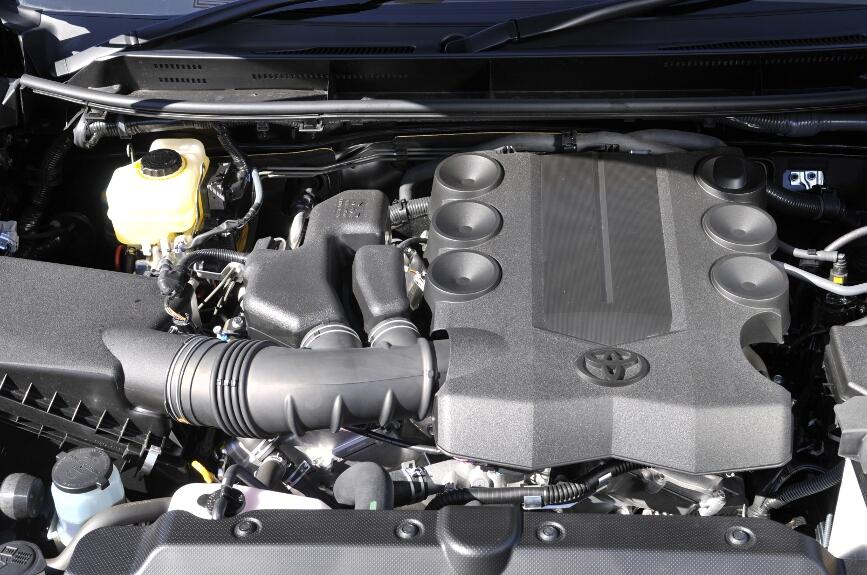 燃費性能は、V6モデルでは「燃費基準5%達成車」、直4モデルは「燃費基準+10%達成車」。排出ガスは、全車3つ星の「平成17年基準排出ガス50%低減レベル」認定を取得