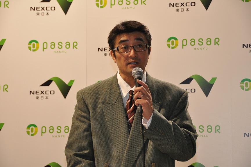 """Pasar羽生のコンセプトについて説明する館長の伊東琢男氏。伊藤氏はPasar羽生を""""えきなか""""ならぬ""""みちなか施設""""と位置づけていると語り、多くの旅行者に利用してもらえればと語った"""