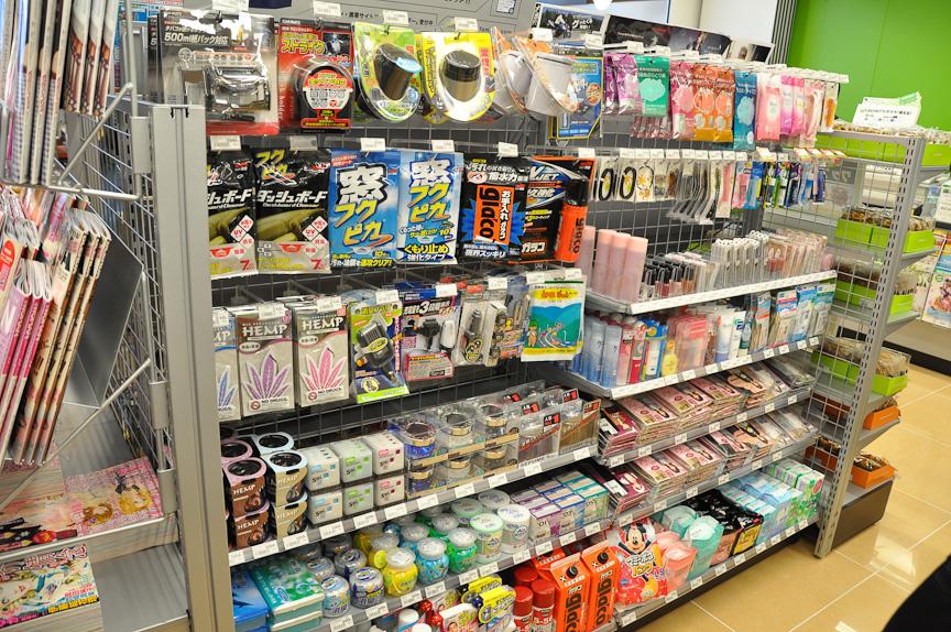 コンビニエンスストアのファミリーマート。もちろん24時間営業。Pasar羽生ならではの商品として、各種のおみやげ物や、カー用品を取りそろえている