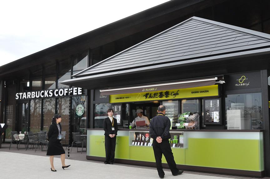 須田町食堂を一歩外へ出ると、スターバックス コーヒーとずんだ茶寮Cafeが軒を並べる