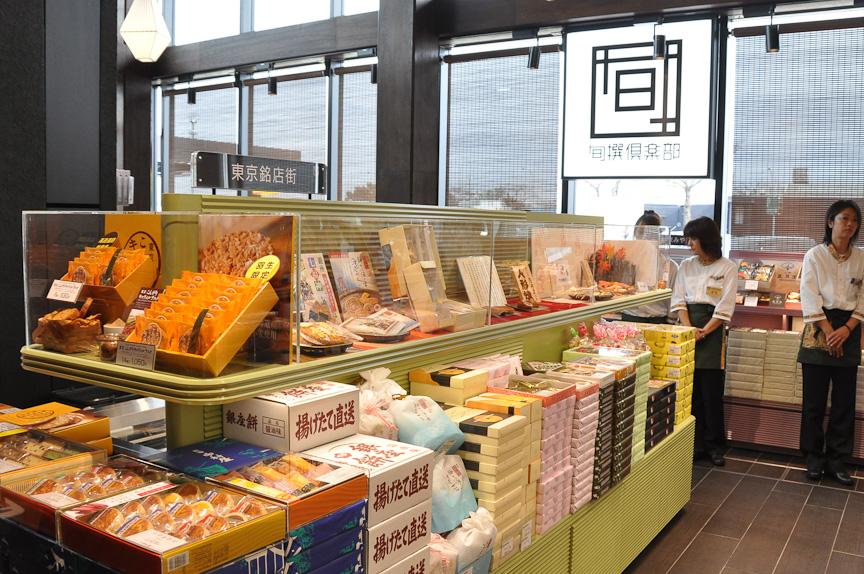 各種東京みやげを取りそろえる旬撰倶楽部。ふるさとへのおみやげは、ここで購入しておきたい