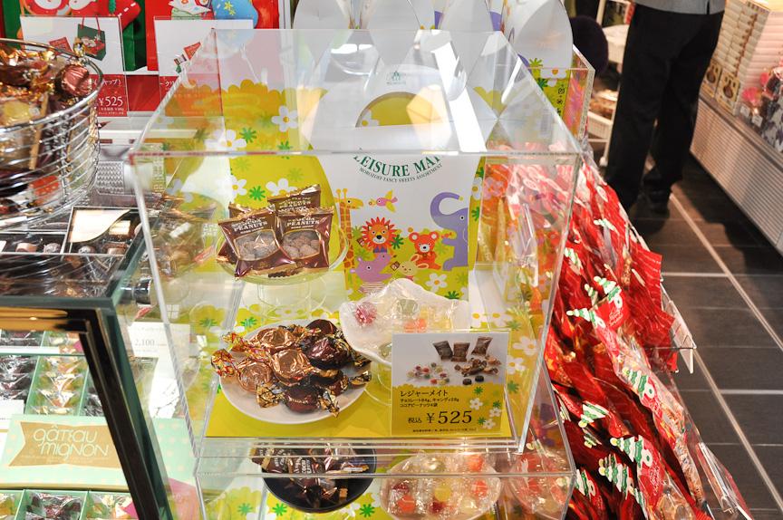 モロゾフが用意する「レジャーメイト」。チョコレートなどお菓子の詰め合わせ。ドライブ中の持ちあるきに便利なように、人気のお菓子がパックされている