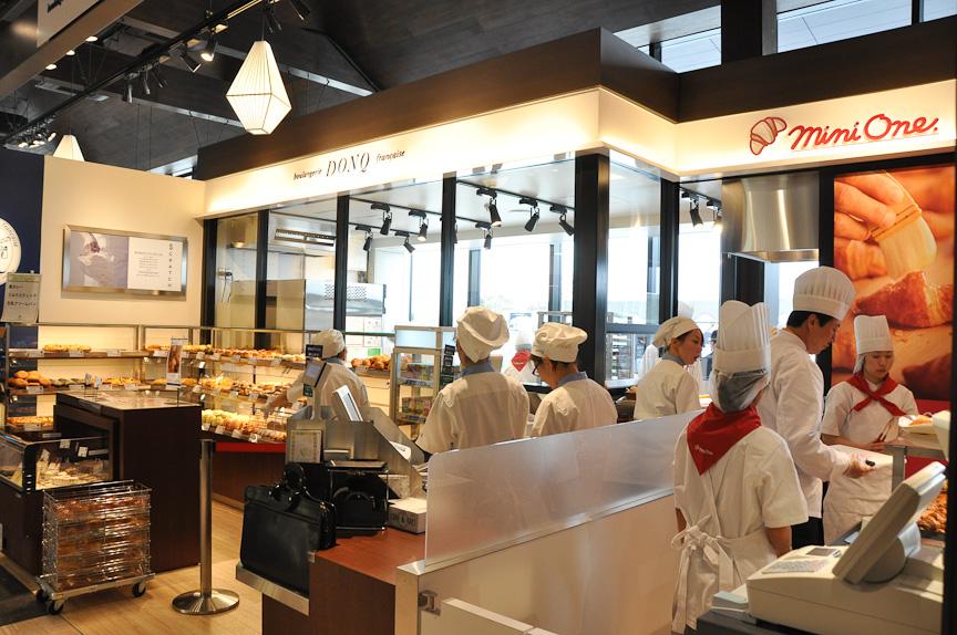 焼きたてパンを扱う店はSA/PAで増えてきているが、ドンク・ミニワンはミニクロワッサンなどが人気のパン屋。カップホルダーにセットしやすい、ドライブパックも用意する