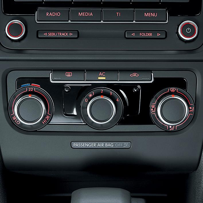 TSIトレンドラインにはセミオートエアコンディショナー(温度自動調整、風量手動調整)を装備