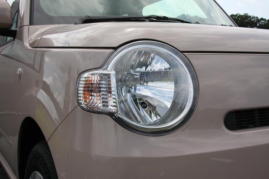 丸く大きなヘッドライトの横に、連続する形でウインカーが付く