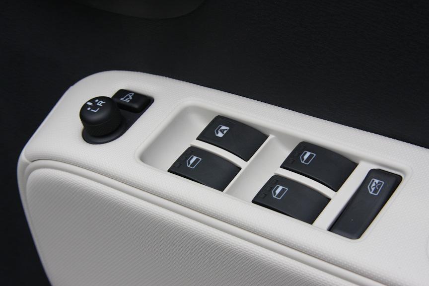 運転席ドアには、パワーウィンドーの集中コントロールが付く