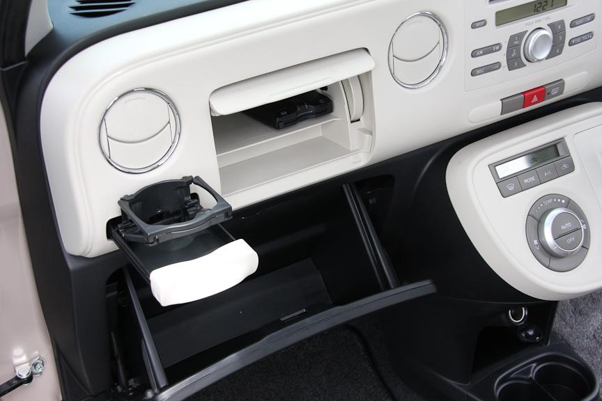 助手席側には、ドリンクホルダー、スローモーションオープン式のグローブボックス、そして上段にアッパーボックスが用意される