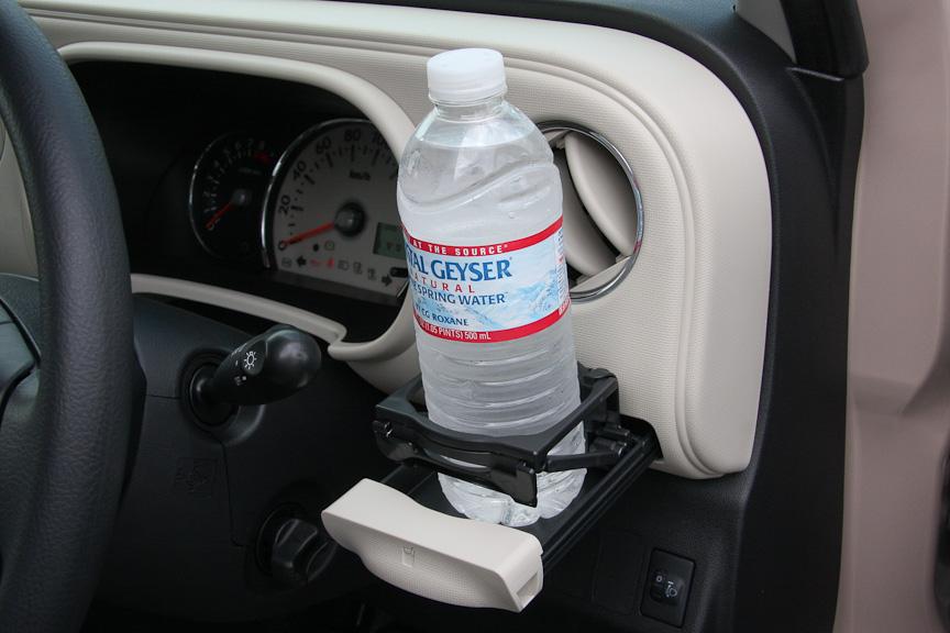 運転席側にもドリンクホルダーを装備