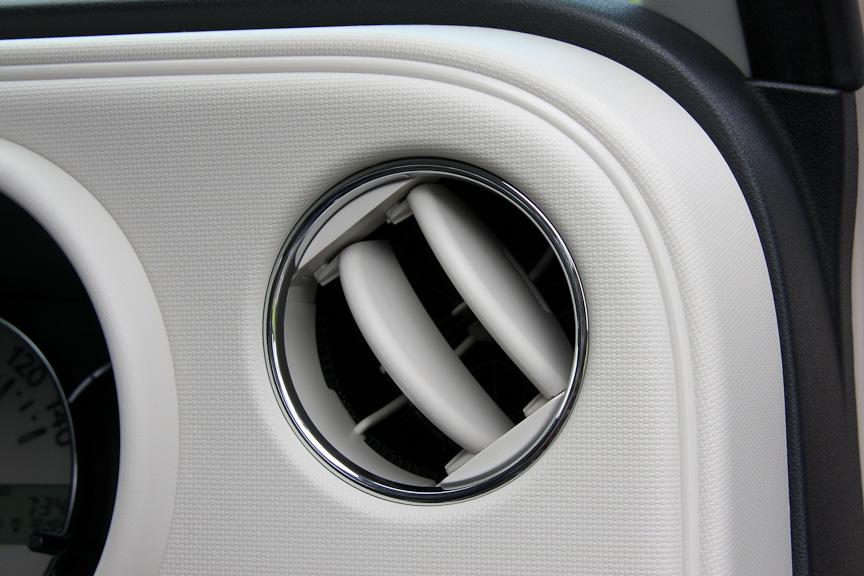 エアコン吹き出し口にはメッキのリングが付く。インパネの角の部分にはパイピング風の意匠が施される