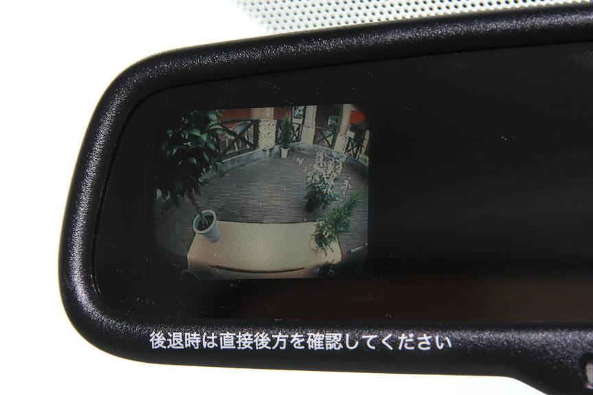オプションのバックモニター内蔵ルームミラー(自動防眩機能付)。リバースを選ぶとミラーの左側にバックカメラの映像が映る。右ハンドルなのに左側というのが残念