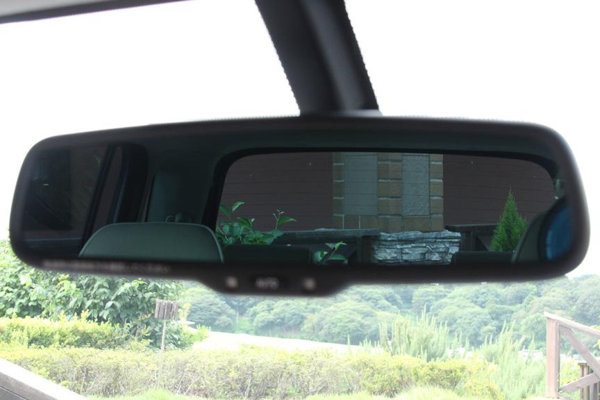 自動防眩ミラーの作動状態。通常の状態(写真左)から、最大限に暗い状態(写真右)までリニアに変化する