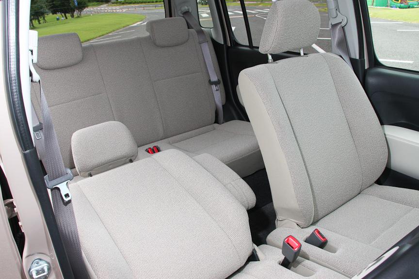 ココアはグレイッシュベージュの内装が標準となり、オプションでブラックのシートが用意される