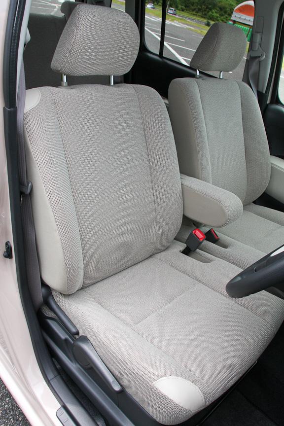 運転席にはシートリフターとセンターアームレストを装備