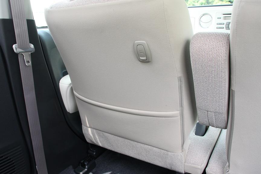 ココアでは、助手席シートバックにポケットを設ける。また、ショッピングフックも付く