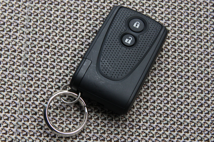 携帯するだけでドアの施錠、解錠やエンジンの始動ができるキーフリーシステムのリモコンキー