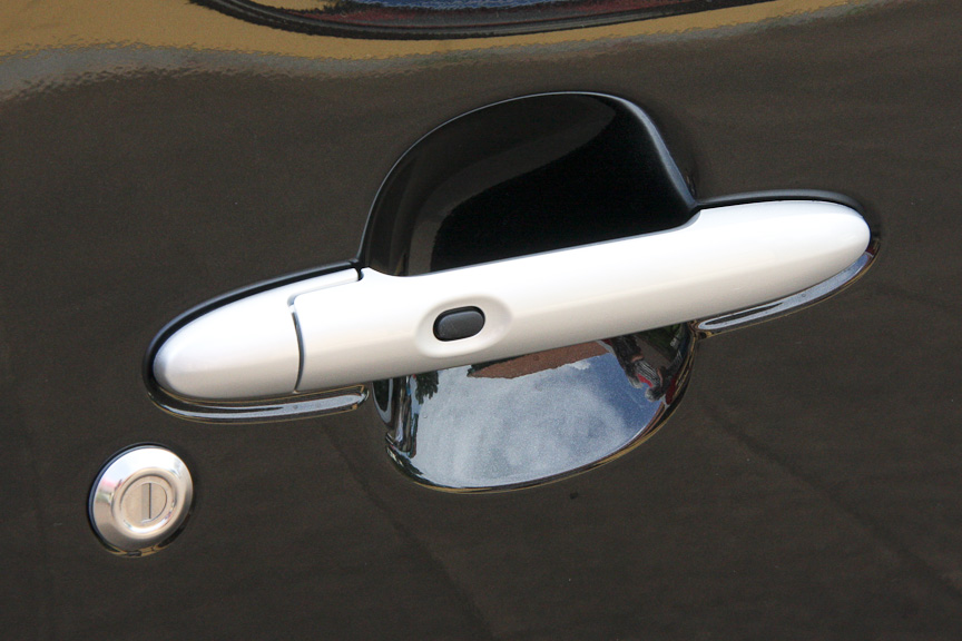 ココアがボディー同色なのに対し、ココア プラスではシルバーのドアハンドルとなる