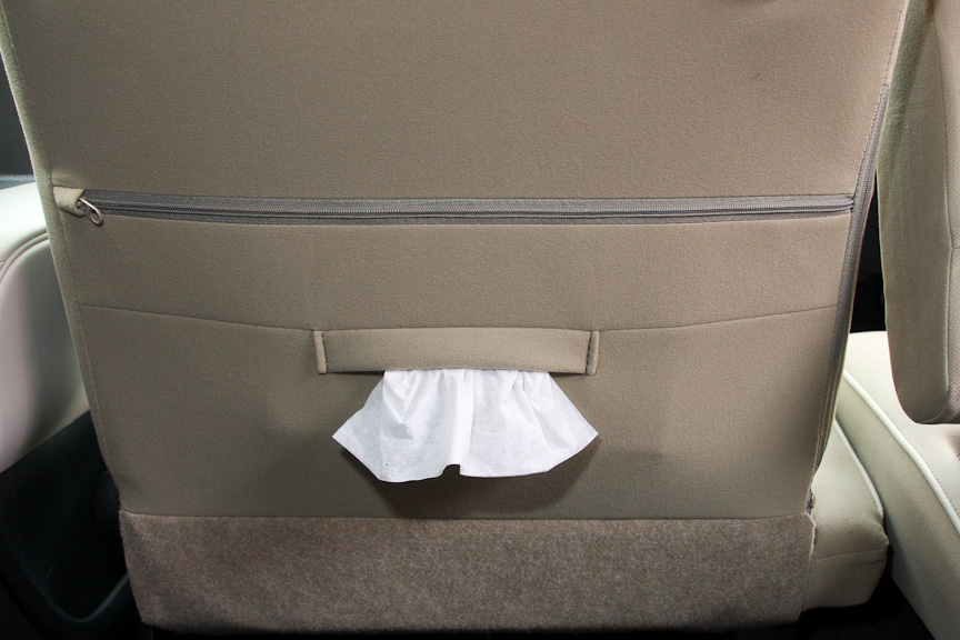 助手席シートバックにはティッシュボックスが入るポケットが付く