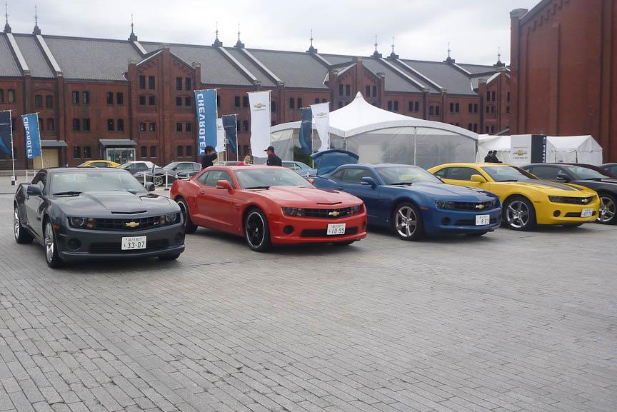 発表会場に並べられた日本仕様のカマロ。フロントグリル上部にスリットが入っているのがV8搭載のSS RS。左から2台目のSS RSはオプションの21インチホイールを履いている。また右端の黄色いLT RSはやはりオプションのラリーストライプキット(黒いストライプ)を装着