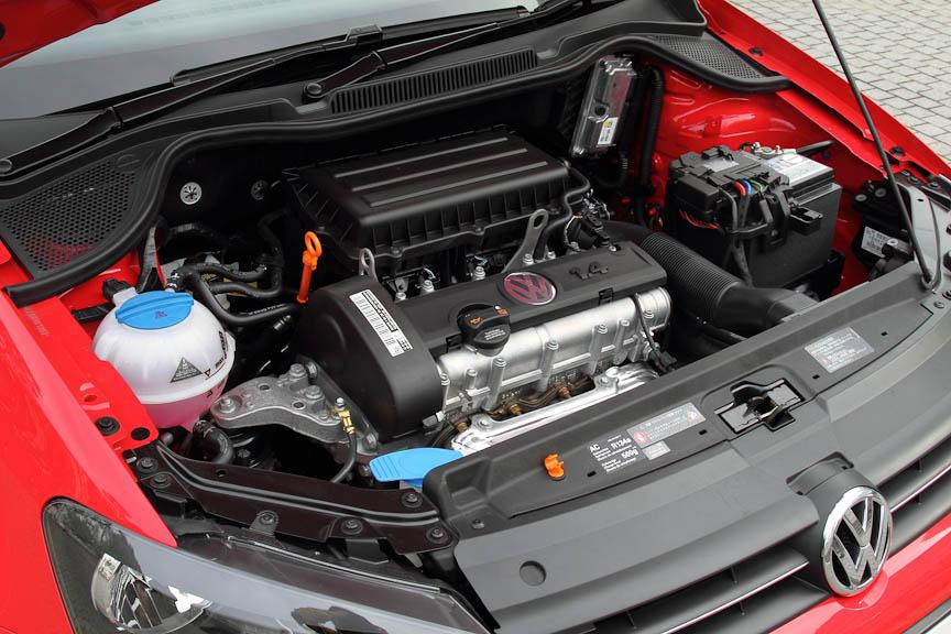 1.4リッター直列4気筒の自然吸気ガソリンエンジン。エンジンルームには余裕がある