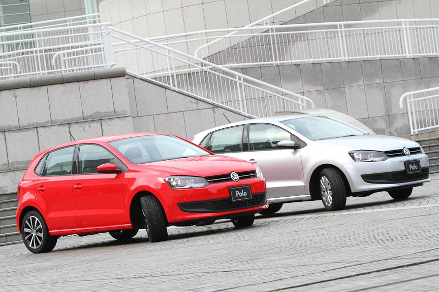 写真右、銀色の車両の車体色はリフレックスシルバーメタリック
