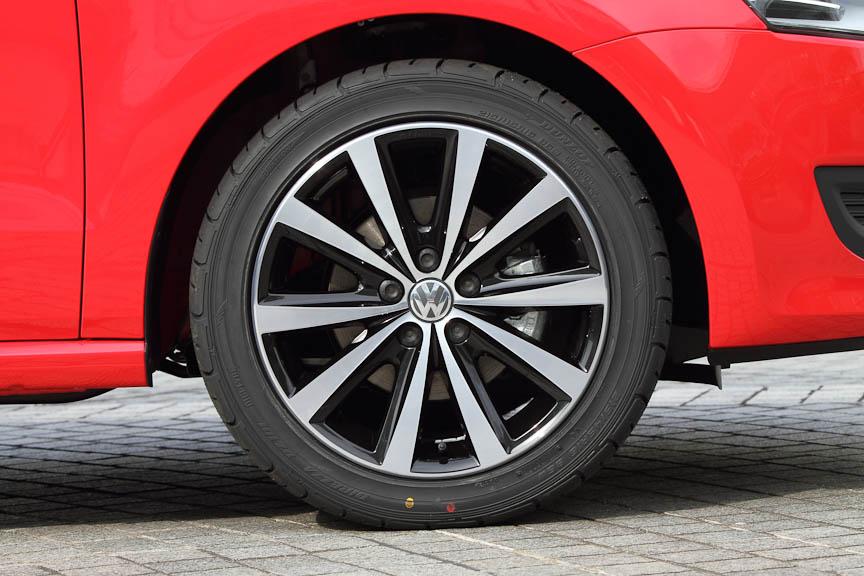 フラッシュレッドの車両はオプションのアルミホイール「Syenit(シニット)」のブラックと、215/45 R16タイヤを装着している。1台分のオプション価格は14万2800円(工賃別)