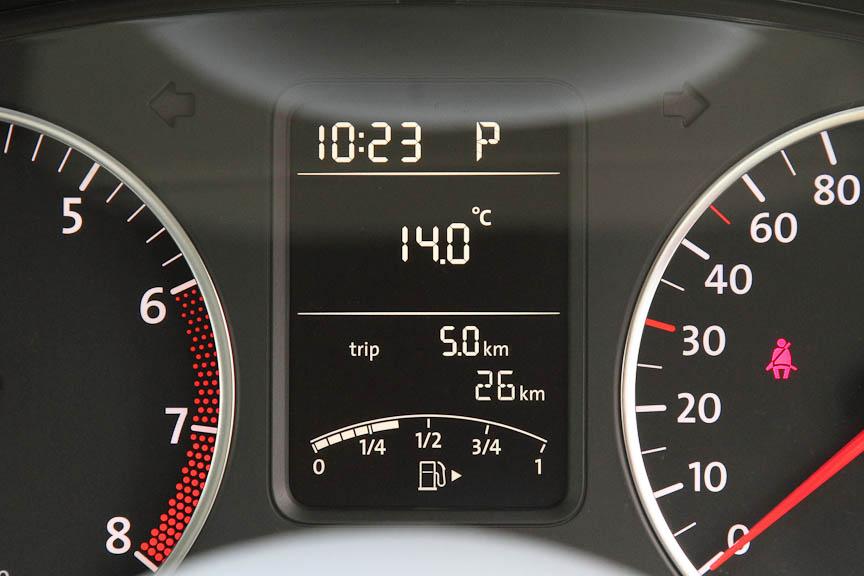 メーターの間にあるマルチファンクションインジケーターには、外気温、時計、瞬間燃費、平均燃費、航続可能距離、平均速度などを表示できる
