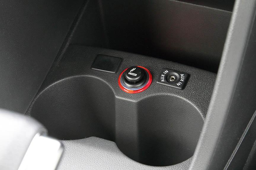 シフトレバーの奥にカップホルダーとシガーライター、AUX端子がある。USBはない