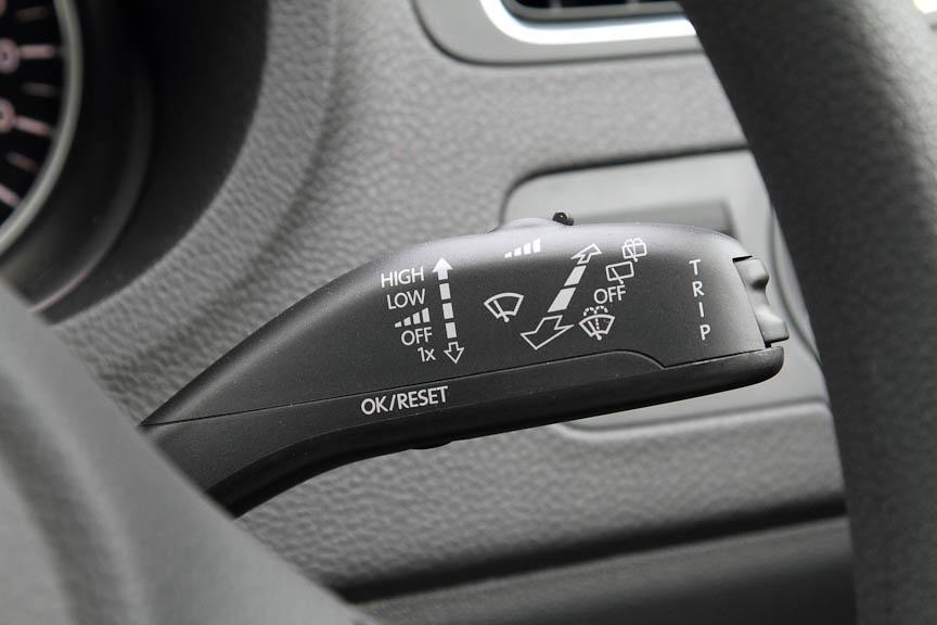 ワイパーコントロールレバー。トリップメーターの切り替えスイッチが付く