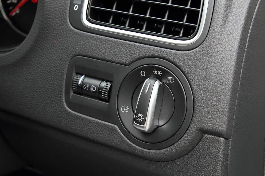 ライトコントロールはインパネ右端のダイヤルで。その奥はメーターパネルの輝度調整と光軸調整ダイヤル